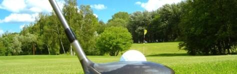 drive de golf vers le drapeau